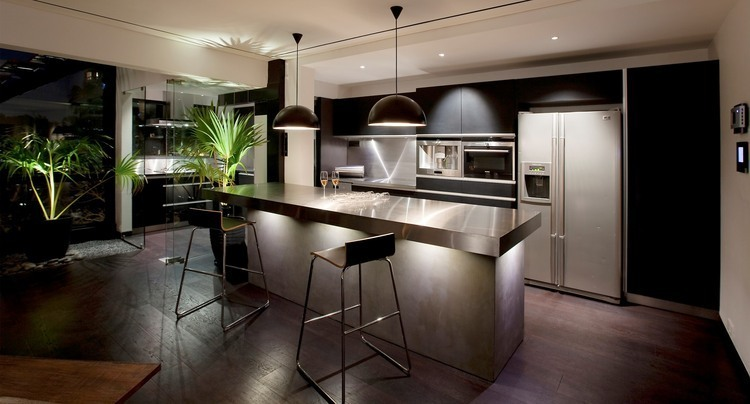 silvery-chrome-countertop